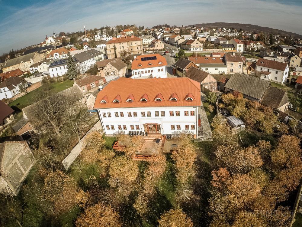Hotel Grunt, Kosmonosy