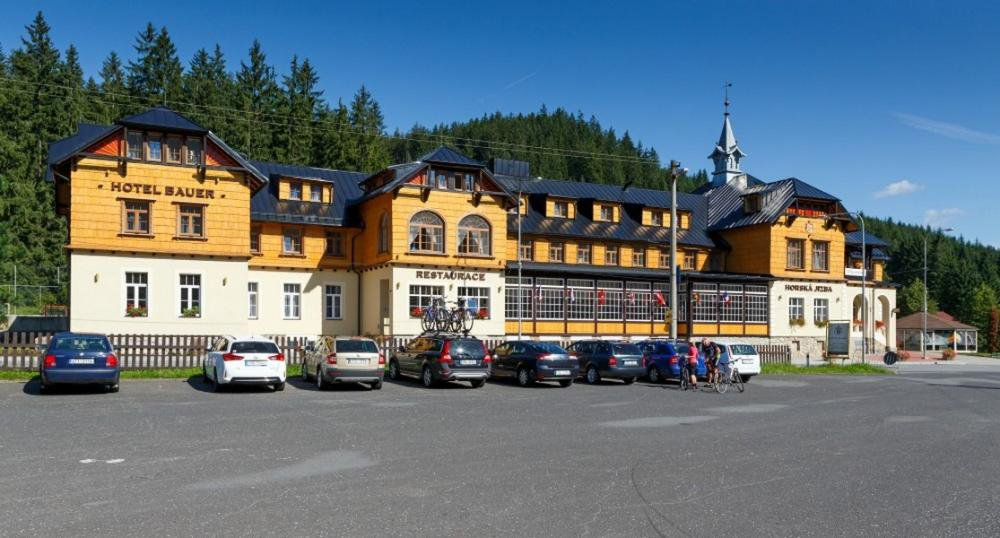 Hotel Bauer, Bílá