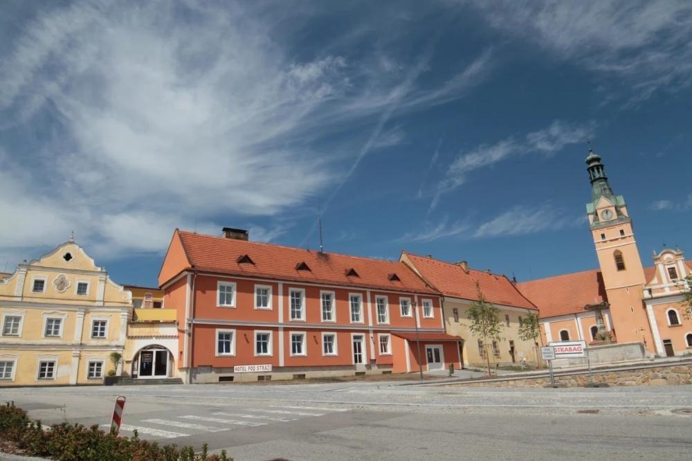 Hotel Justic, Lhenice